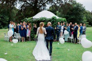 Pad met helium hart ballonnen in de wind  bij de huwelijksceremonie Landgoed Waterland