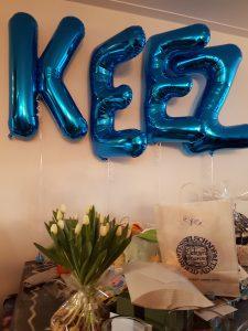 Zwevende helium letters voor geboorte jongetje op kraamfeest